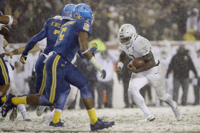 Army quarterback Ahmad Bradshaw (17) runs the ball against Navy during the second half of Saturday's game in Philadelphia. Army won 14-13.